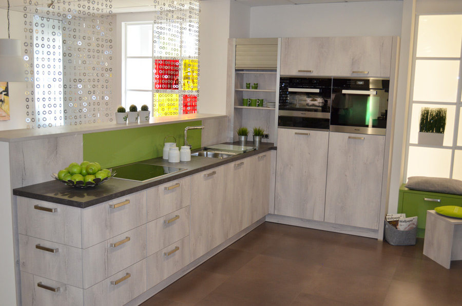 Finn oak white vada kiwi for Kitchen design kent